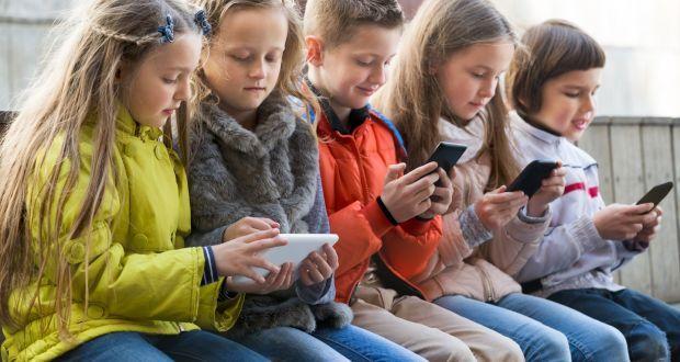 figli con smatphone